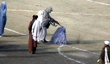 afganos-ektelese-th-suzugo-tou-dhmosia-kai-to-plithos-ton-xeirokrotouse