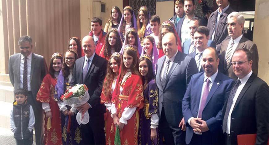 Η επίσκεψη του Τούρκου πρέσβη Κ. Ουράς (με την ανθοδέσμη) ήταν μια ευκαιρία να προπαγανδιστεί η δήθεν «διάβρωση των δικαιωμάτων της μειονότητας».